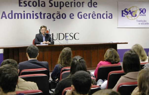 Professor Pires falou dos diferenciais da administração no setor público
