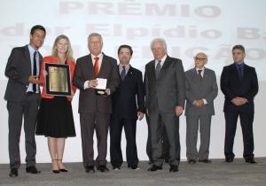 Diretor-geral da Udesc Esag, Arnaldo Lima, e professora Sulivan Fischer na premiação. Foto: Thiago Augusto/Ascom Udesc