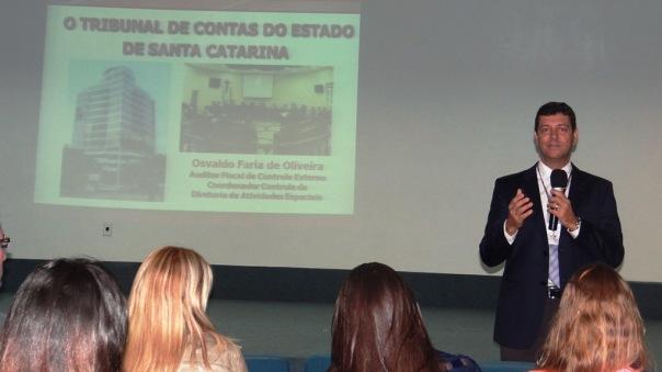 Osvaldo de Oliveira, auditor fiscal do TCE-SC e docente da Udesc Esag, ministrou palestra