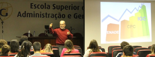 Membro de comissões no MEC e no CEE-SC, professor Mário Moraes passou orientações  sobre o Enade e destacou a diferença entre participação e comprometimento